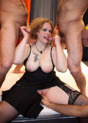 На одну толстую женщину накидываются сразу несколько самцов, и она торопится обслужить каждого - фото 11