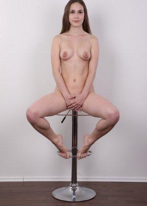 Без теплых колгот и скромного закрытого платья эта девушка сразу превращается в сексуальную красотку - фото 17