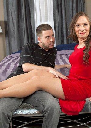 Зрелая телка в красном платье подцепила мужика на ужине у друзей и пригласила к себе, чтоб потрахаться - фото 4