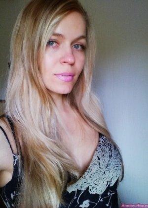 Милая блондинка знает, какую позу надо принять, чтобы выглядеть сексуально и возбудить мужчину - фото 34