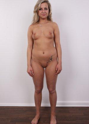 Смелая блондинка решается раздеться перед камерой и продемонстрировать себя со всех сторон - фото 9
