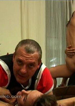 Телки играют с секс машиной, мужик наблюдает и в это время ебет третью подругу - фото 12