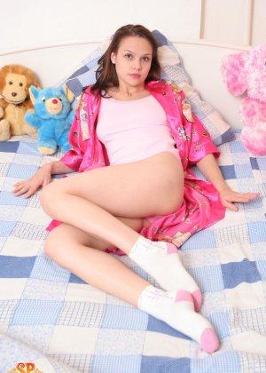Красивая девушка все еще спит с мягкими игрушками, хотя наверняка, под подушкой к нее имеются и другие - фото 1