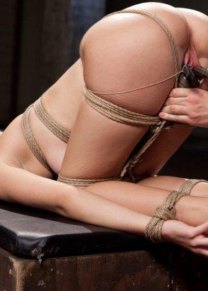 Горячая парочка решается на секс, применяя веревки, прищепки и не только - фото 14- фото 14- фото 14