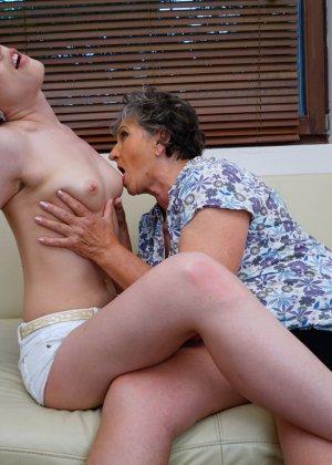 Бабуля лижет попку своей молодой соседке и целует ее груди, ведь она такая симпатичная девушка - фото 15