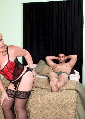 Зрелая блонда заглянула в гости к другу с самого утра, когда у него в трусах классный стояк - фото 1