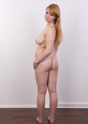 Рыжеволосая девушка оказывается не из стеснительных и показывает свое обнаженное тело - фото 13