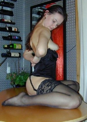 Сексуальная красотка снимает с себя эротическое белье и демонстрирует свое стройное тело - фото 1