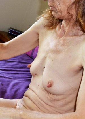 Женщина скрывает свое лицо, зато показывает наглядно, насколько маленькой бывает грудь - фото 20