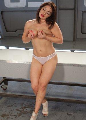 Лиа Лексис хочет трахаться только ради своего удовольствия, для этого отлично подойдут секс машины - фото 5