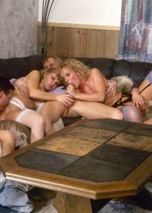 Ретро снимки, на которых две блондинки ублажают трех самцов, стараясь каждому доставить удовольствие - фото 8