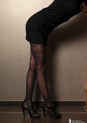 Азиатка постепенно освобождается от одежды и остается совсем обнажена, показывая стройное тело - фото 14