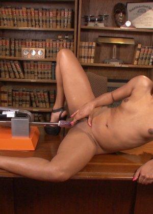Дейзи доводит себя с помощью разных секс-машин до мощных оргазмов и сквирта - фото 19