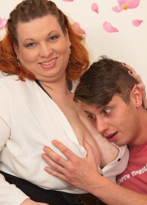 Зрелой женщине с пышной фигурой достается стройный молодой парень, который готов ее ублажать - фото 11