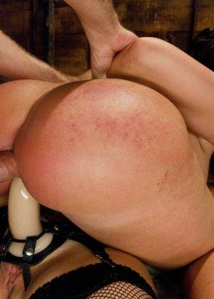 Одну девушку разрывают два члена - страпон в пизде и настоящий мужской член в анусе - фото 22