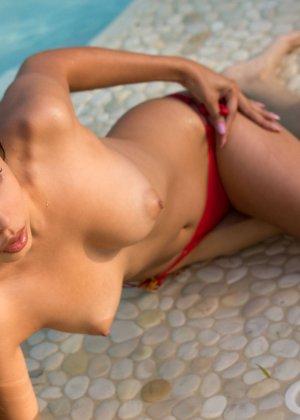 Алексис Лав позирует в красном бикини - фото 10- фото 10- фото 10