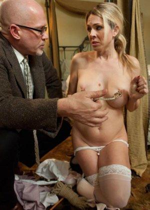 Убирая в номере у богатого мужика, горничная наталкивается на запретные аксессуары, за это он ее и наказывает - фото 9