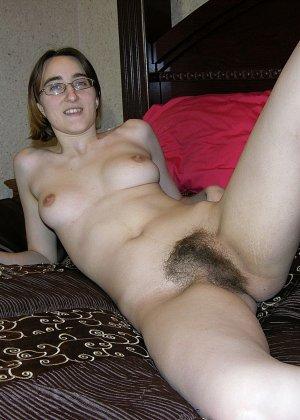 У очкастой телочки классные волосатые дырки, она показывает их и идет принимать ванну - фото 14