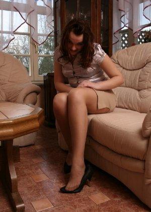 Девушка снимает туфли после тяжелого дня и показывает свои ножки в капроновых колготках - фото 15