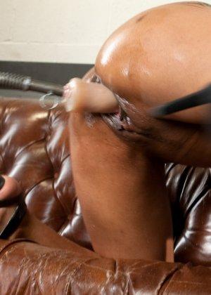 Дейзи доводит себя с помощью разных секс-машин до мощных оргазмов и сквирта - фото 11