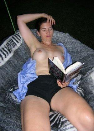 Пока женщина читает, кто-то фотографирует ее, ведь она специально расстегнула блузку и сняла лифчик - фото 3