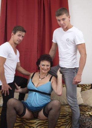 Два молодых парня оказываются в компании зрелой женщины, которая разрешает трогать себя везде - фото 7