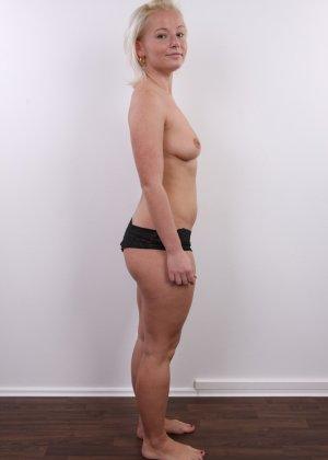 Голенькая пизденка с выпирающим клитором у невысокой блонды - фото 6