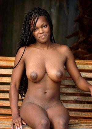 В этой галерее темнокожая красотка, которая не стесняется показывать свое экзотическое тело без одежды - фото 16