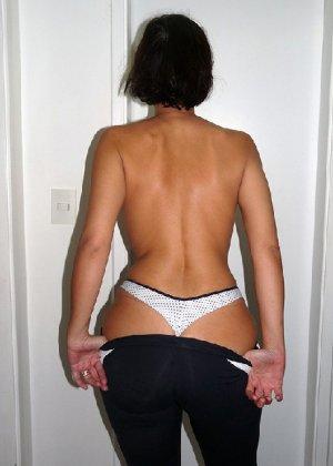 Женщина встает спиной к камере и показывает свою большую задницу в одежде, а затем в трусах - фото 13