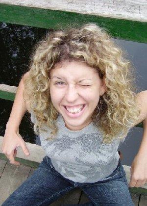 Игривая блондинка всегда не против эротической фотосессии - и дома во время секса, и на пляже - фото 32