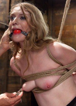 Ела Дарлинг с удовольствием принимает наказание от рук опытного Мики Мода и его ненасытного друга - фото 8- фото 8- фото 8