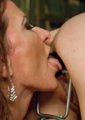 Две девушки развлекаются в комнате, растягивая анусы друг друга до предела разными приспособлениями - фото 8