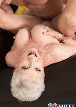 Распутной пожилой женщине мало того, что парень ей намазал спину кремом, она хочет трахаться с ним - фото 7