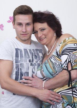 Зрелая женщина разрешает себя облапать молодому человеку и проявляет интерес к его члену - фото 1