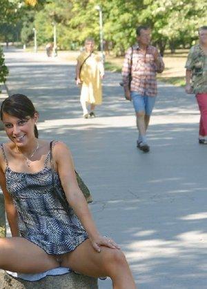 Тина обожает обнажаться на улицах города, в публичных местах, при этом шокируя прохожих своей откровенностью - фото 44