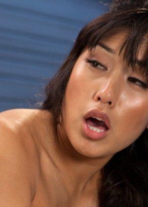 Великолепная азиатка Миа Ли раздвигает ноги для траха с секс машиной - фото 15