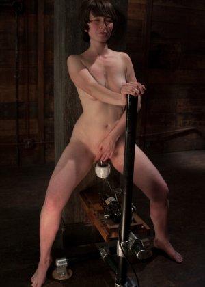 Муж подарил жене вечерний сеанс в закрытом клубе, где она смогла вдоволь потрахаться с секс машиной - фото 21