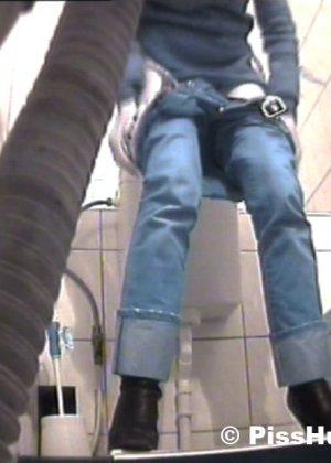 Вуайеристы часто любят подсматривать за телками в туалете, ведь там можно увидеть столько разных кисок! - фото 4