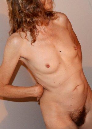 Женщина скрывает свое лицо, зато показывает наглядно, насколько маленькой бывает грудь - фото 5