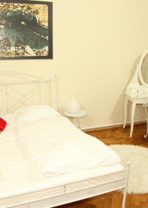 Шарон Пинк ебут раком на белоснежной постели - фото 1