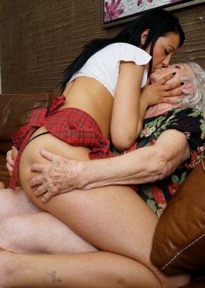 Горячая брюнетка нашла пожилую любовницу, которая просто мастерски делает куни - фото 7