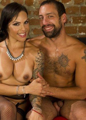 Мужчина переодевается в женский образ горничной, а женщина с мужским достоинством трахает его в анус - фото 20