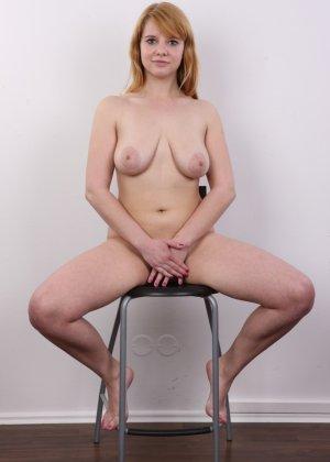 Рыжеволосая девушка оказывается не из стеснительных и показывает свое обнаженное тело - фото 15