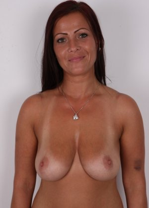 Зрелая девушка показала на кастинге шикарное загорелое тело и классные натуральные дойки - фото 8