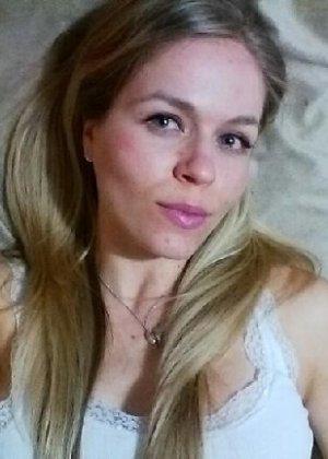 Милая блондинка знает, какую позу надо принять, чтобы выглядеть сексуально и возбудить мужчину - фото 24