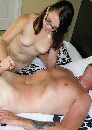 Девушка в очках знает, как довести партнера до оргазма, орудуя одной только ручкой – у нее это хорошо получается - фото 6