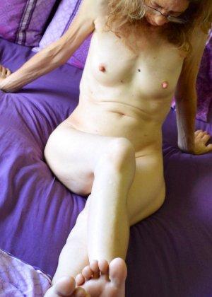 Женщина скрывает свое лицо, зато показывает наглядно, насколько маленькой бывает грудь - фото 3
