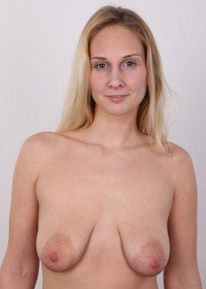 В чешском кастинге принимает участие одна блондинка, которая очень смело снимает с себя всю одежду - фото 8