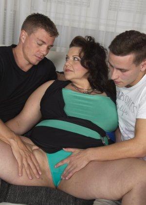 Два молодых парня старательно облизывают грудь одной пышной дамочки, но дальше прелюдия не заходит - фото 14
