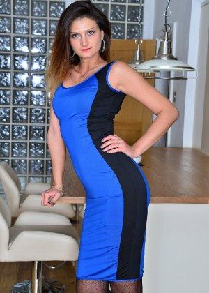 Ева Джонсон снимает с себя обтягивающее платье и оказывается обнажена - фото 3- фото 3- фото 3